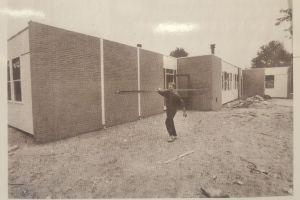 Nieuwbouw van openbare basisschool de Zilverzwaan aan de Wagenweg in 1995